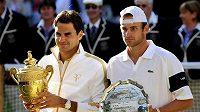 Vítěz Wimbledonu Roger Federer (vlevo) a poražený finalista Andy Roddick