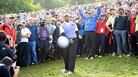 Golfový míček z hole Tigera Woodse míří na fotografa.