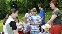 Šárka Záhrobská (vlevo) strávila v Divoké Šárce příjemný letní s dětmi z dětského domova ve Vizovicích.