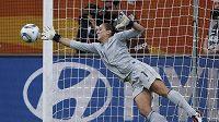 Americká brankářka Hope Solo v klíčovém okamžiku čtvrtfinále - v rozstřelu chytá penaltu Brazilky Daiane.
