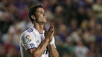 Cristiano Ronaldo z Realu Madrid se častokrát snaží vymodlit si na rozhodčím nedovolený zákrok.