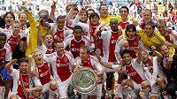 Hráči Ajaxu se radují z mistrovského titulu.