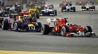 Klíčový moment GP Singapuru. Fernando Alonso s Ferrari dokázal na startu odrazit atak Sebastiana Vettela ze stáje Red Bull.