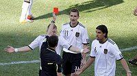 Miroslav Klose (uprostřed) dostává červenou kartu.