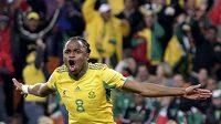 Jihoafrický fotbalista Siphiwe Tshabalala se raduje z branky do mexické sítě na mistrovství světa.