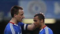 John Terry utěšuje Ashleyho Colea, který neproměnil v zápase FA Cupu s Evertonem penaltu.