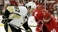 Sidney Crosby z Pittsburghu (vlevo) a Henrik Zetterberg z Detroitu se chystají na buly