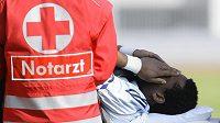 Gólman Salzburku a švédské fotbalové reprezentace Eddie Gustafsson je odnášen ze hzřiště se zpřelámanou nohou.