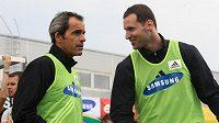 Petr Čech (vpravo) a trenér brankářů Chelsea Christophe Lollichon.