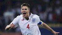 Anglický kapitán Steven Gerrard se raduje z branky do sítě USA na mistrovství světa.