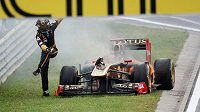 Nick Heidfeld prchá ze svého monopostu Renault, který v Maďarsku začal hořet.