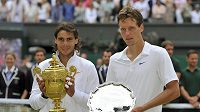 Tomáš Berdych (vpravo) a Rafael Nadal po finále Wimbledonu