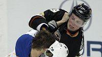 Vladimír Sobotka (zády) ztrácí helmu při pěstním souboji s Mattem Beleskeym z Anaheimu.