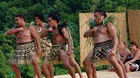 Tanec Haka je původním bojovým maorským tancem, který má bojovníkům dodávat odvahu a protivníky zastrašit.