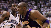 Kobe Bryant z LA Lakers (vpravo) přechází přes Wesleyho Matthewse z Utahu.