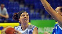 Česká basketbalistka Tereza Pecková v zápase s Řeckem