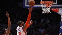 Carmelo Anthony z New York Knicks skóruje v utkání proti Clevelandu - ilustrační foto.