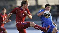Milan Černý (vpravo) bojuje o míč s Kyriakosem Papadopoulosem z Řecka v úvodním duelu baráže o ME fotbalistů do 21 let.