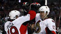 Hokejista Ottawy Senators Filip Kuba (vpravo) se raduje po vstřelení gólu Anaheimu Ducks.