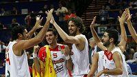 Basketbalisté Španělska oslavují vítězství.