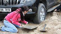 Vyhrabávání zapadlého auta se neukázalo jako nejsložitějhší úkol.