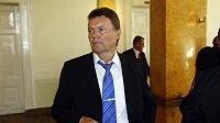Roman Berbr přichází na valnou hromadu FA ČR.