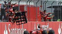 Fernando Alonso oslavuje se členy stáje Ferrari svoje vítězství v GP Německa