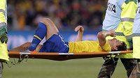 Brazilce Elana odnášejí na nosítkách se zhmožděnou nohou.