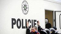 Policisté zasahují proti fanouškům Sparty.