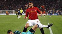 Brankář Interu Milán Julio Cesar chytá míč před Borriellem z AS Řím.