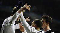 Fotbalisté Tottenhamu Peter Crouch (vlevo), Aaron Lennon (uprostřed) a Gareth Bale se radují z branky.