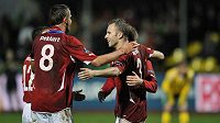 Autor čtvrtého gólu Michal Kadlec (vpravo) se raduje se spoluhráči v utkání v Litvě.