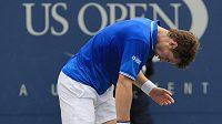 Britský tenista Andy Murray reaguje na jeden z míčků během osmifinále s Chorvatem Marinem Čiličem.