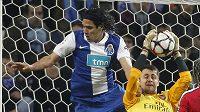Brankář Arsenalu Lukasz Fabianski v souboji s Falcaem z Porta.