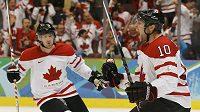 Kanadský hokejista Brenden Morrow (vpravo) oslavuje branku do ruské sítě ve čtvrtfinále olympijského turnaje.