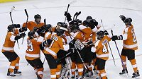 Hokejisté Philadelphie oslavují postup do play-off NHL