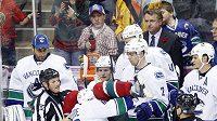 Rozhodčí dohlížejí na bitku v zámořské NHL