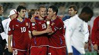 Jan Chramosta (uprostřed) oslavuje se spoluhráči gól v síti Anglie. Český tým právě vykročil do semifinále ME fotbalistů do 21 let.
