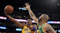Basketbalista Los Angeles Kobe Bryant (vlevo) střílí koš Utahu.