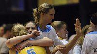 Basketbalistky USK Praha se radují z vítězství nad Spartakem Moskva.