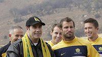 Americký herec John Travolta (vlevo) a kapitán australského fotbalového týmu Lucas Neill