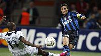 Javier Zanetti z Interu Milán (vpravo) střílí gól přes Williama Gallase do sítě Tottenhamu.