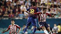 Vzdušný souboj mezi Dos Santosem z Barcelony (vlevo) a Miguelem Poncem z Guadalajary
