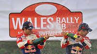 Už poosmé po sobě Sébastien Loeb (vpravo) a navigátor Daniel Elena stříkali šampaňské jako mistři světa v rallye.