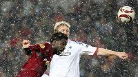 Fotbalový útočník Bony Wilfried ze Sparty v souboji s Laursenem z týmu FC Kodaň