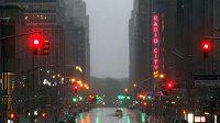 Vylidněná Šestá Avenue během řádění hurikánu Irene v New Yorku. Bouře částečně ovlivnila i program tenisového US Open.