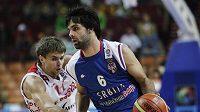 Srbský basketbalista Miloš Teodošič se snaží prosadit přes Jegora Vjalceva z Ruska