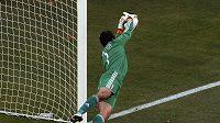 Dánský brankář Thomas Sörensen zasahuje v utkání proti Nizozemsku na MS v Jihoafrické repbulice.