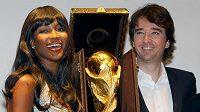 Pohár pro fotbalové mistry světa v luxusním pouzdru od Louis Vuitton mezi ředitelem komunikace firmy Antoine Arnaultem a topmodelkou Naomi Campbell