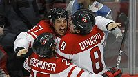 Kanadští hokejisté se radují z branky Sidneyho Crosbyho (uprostřed), která jim zajistila olympijský triumf.